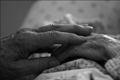 Resultado de imagen de manos de ancianos enamorados